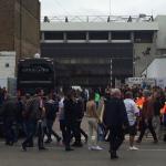 En møeklagt spillerbus ankommer uden for White Hart Lane